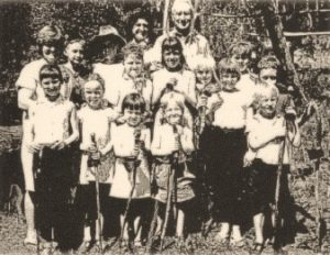 Archie with a group of little people holding his hand-made walking sticks. Circa 1970. Source: Brian O'Keefe.